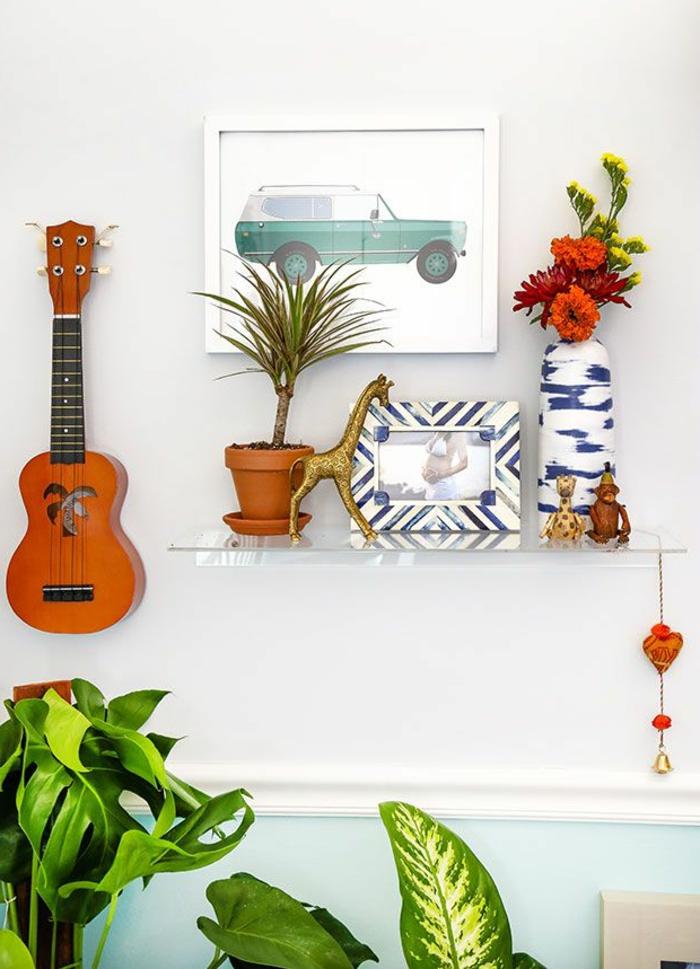 wunderschöne-Dekoration-einzigartige-Dekoartikel-Topfpflanzen-kleine-dekorative-Gitarre-an-der-Wand