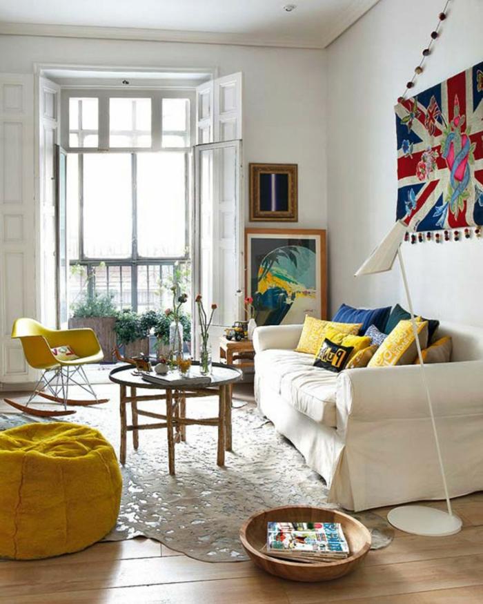 wunderschöne-Wohnung-Balkon-bunte-Interieur-Akzente-gelber-Sessel-Bilder-leseleuchte-kreatives-Design