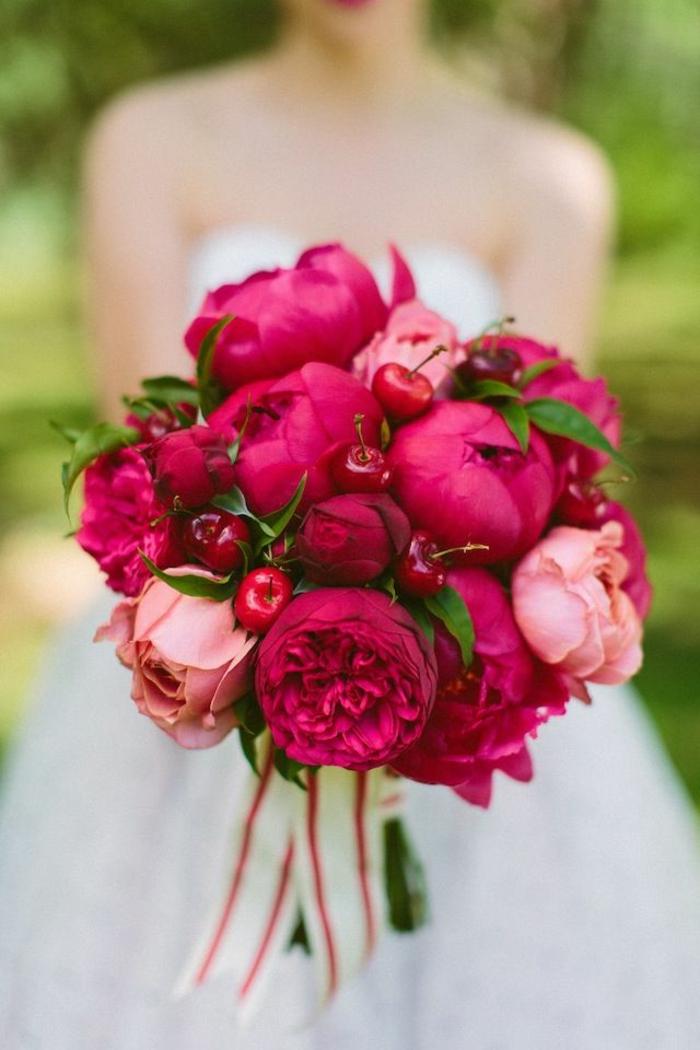 wunderschöne-originelle-Hochzeitsidee-Brautstrauß-rote-Pfingstrosen-Kirschen-Dekoration