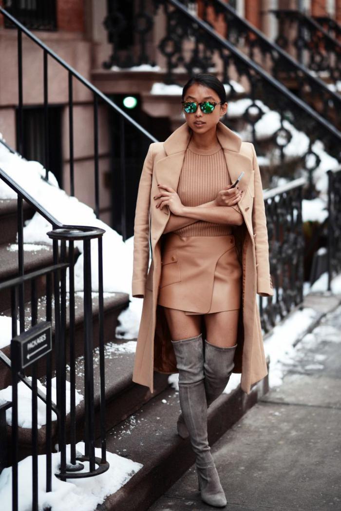wunderschöner-Outfit-Damen-Mantel-Karamell-Farbe-hohe-Stiefel-grau