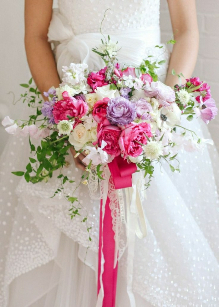 wunderschöner-hochzeitsstrauß-lila-rosa-weiße-Blumen
