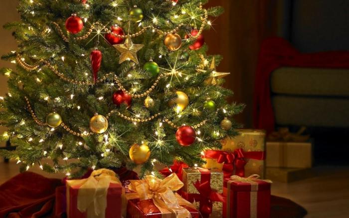 wunderschöner-weihnachtsbaum-geschmücktes-modell