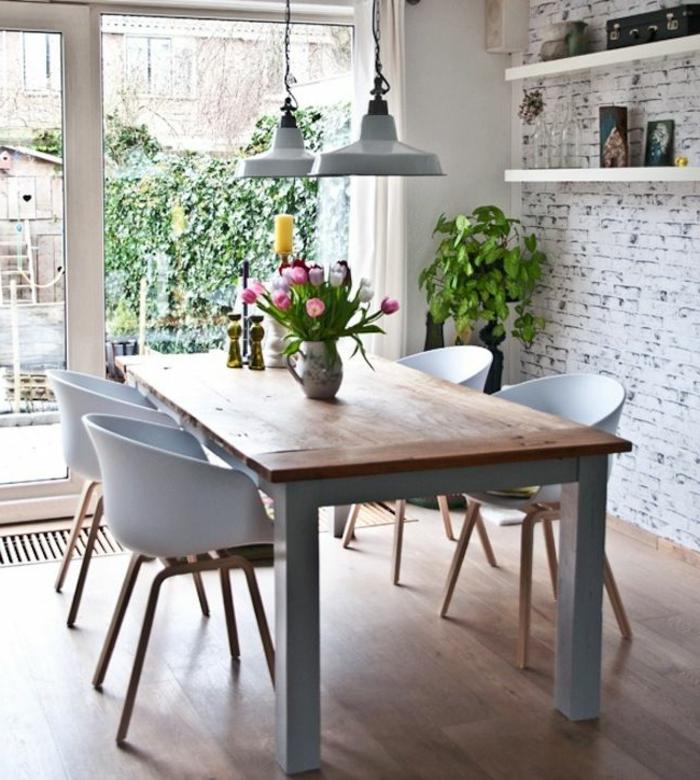 wunderschönes-Esszimmer-Interieur-weiße-Lounge-Sessel-Tulpen-industrielle-Lampen