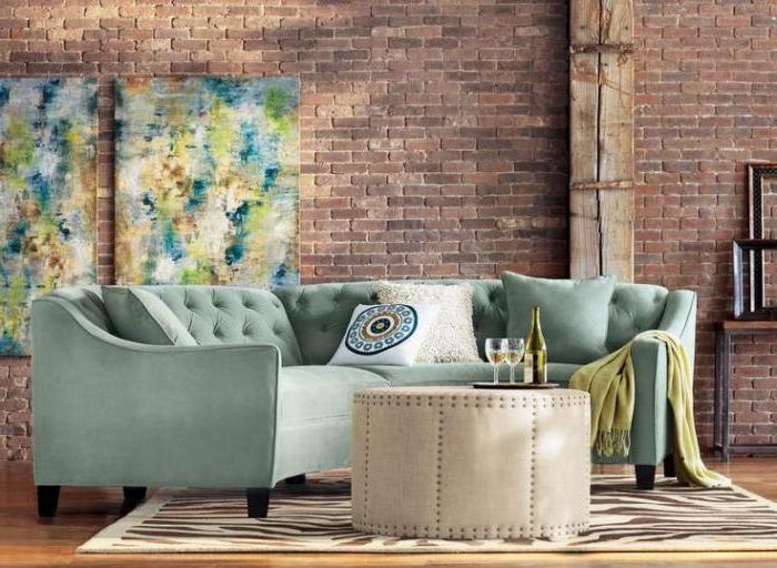 wunderschönes-halbrundes-Sofa-türkisgrüne-Farbe-Samt-beige-Couchtisch-Ziegelwände-interessantes-Interieur