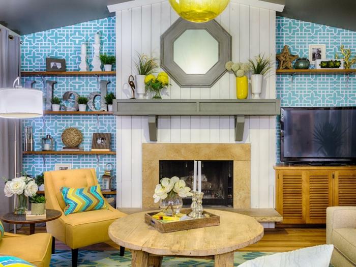 wunderschönes-Wohnzimmer-Interieur-rustikaler-Kaffeetisch-Kamin-Fernseher-moderne-Möbel-blaue-retro-Tapeten