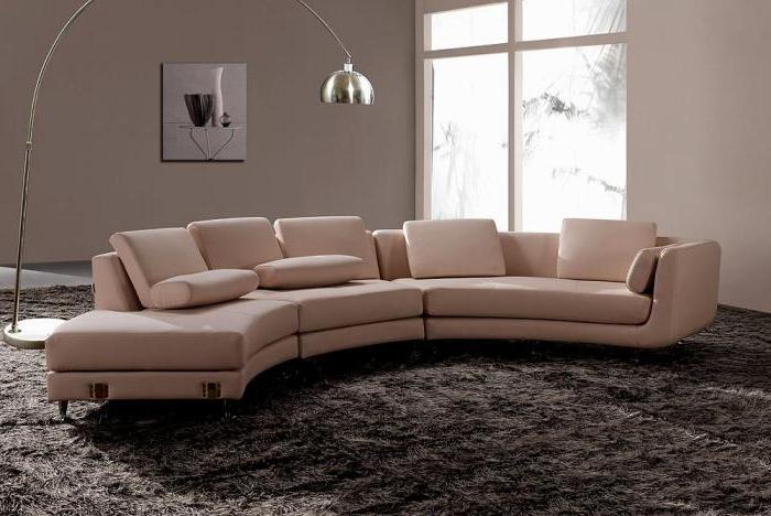 xxl-couch-beige-halbrund-elegantes-Möbel-extravagante-Stehlampe