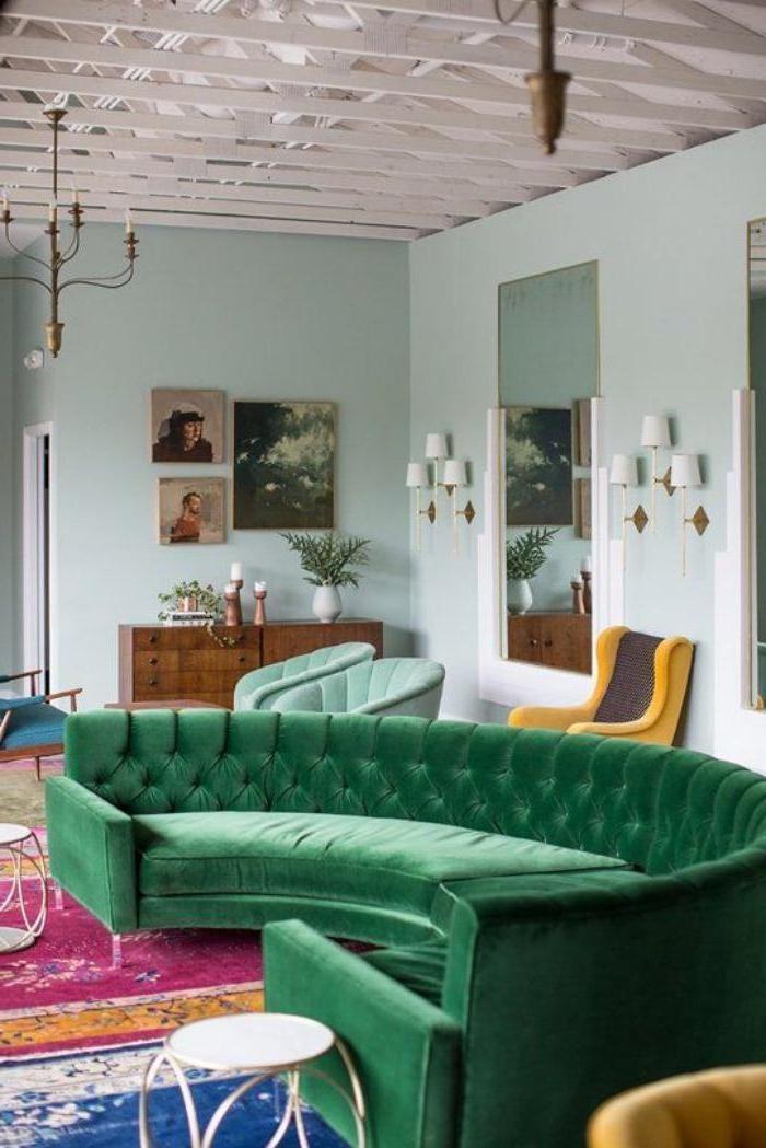xxl-couch-grüne-Farbe-Samt-vintage-Einrichtung
