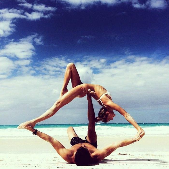 yoga-übungen-am-strand-praktizieren-mann-und-frau
