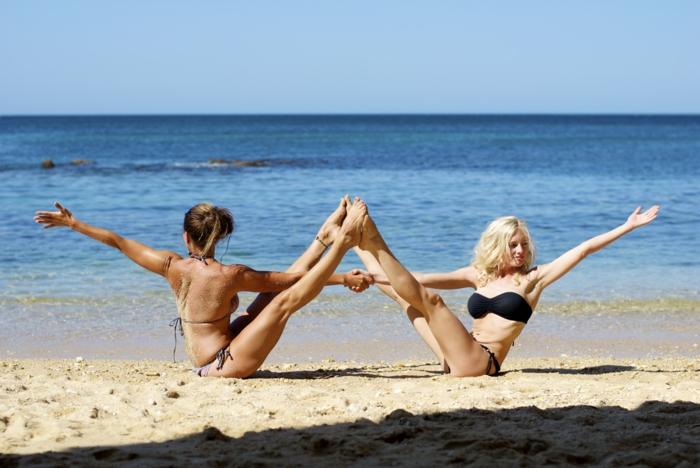 yoga-übungen-blaues-wasser-wunderschöne-frauen