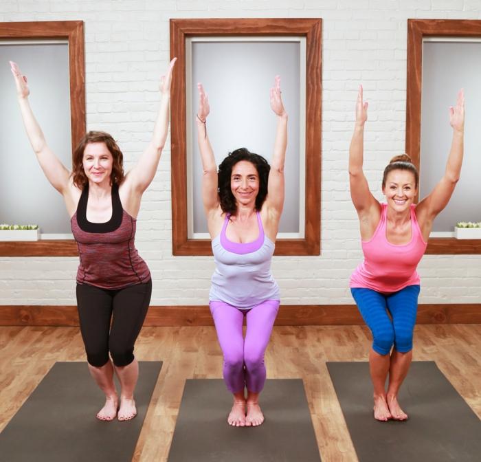 yoga-übungen-drei-frauen-demonstrieren-eine-sehr-einfache-position