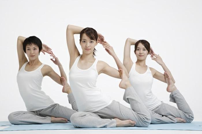yoga-übungen-drei-frauen-in-weiß-gekleidet
