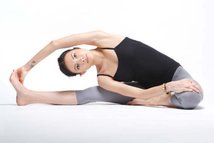 yoga-übungen-eine-schöne-frau-interessante-position