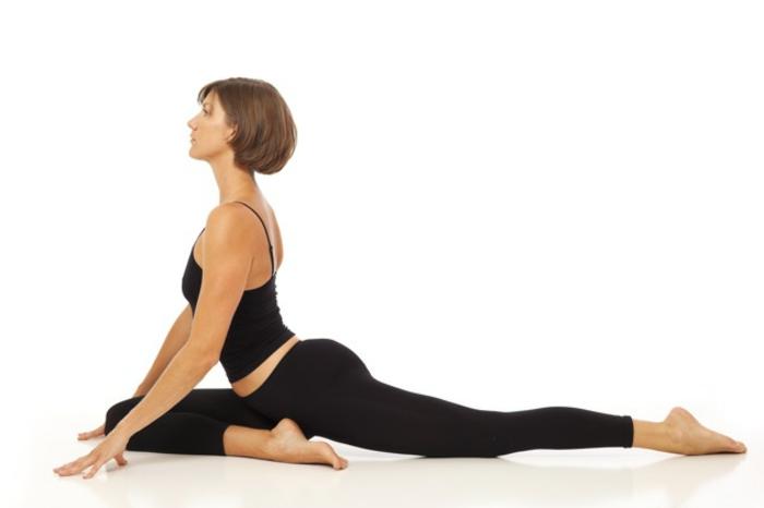 yoga-übungen-einfache-position-weißer-hintergrund