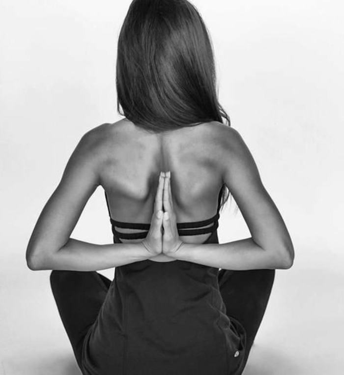 yoga-übungen-foto-in-schwarz-und-weiß