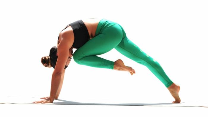 yoga-übungen-grüne-hosen-hintergrund-in-weiß