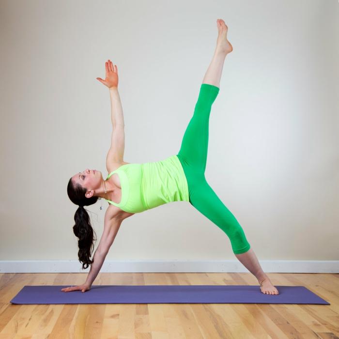 yoga-übungen-grüne-hosen-lila-teppcih