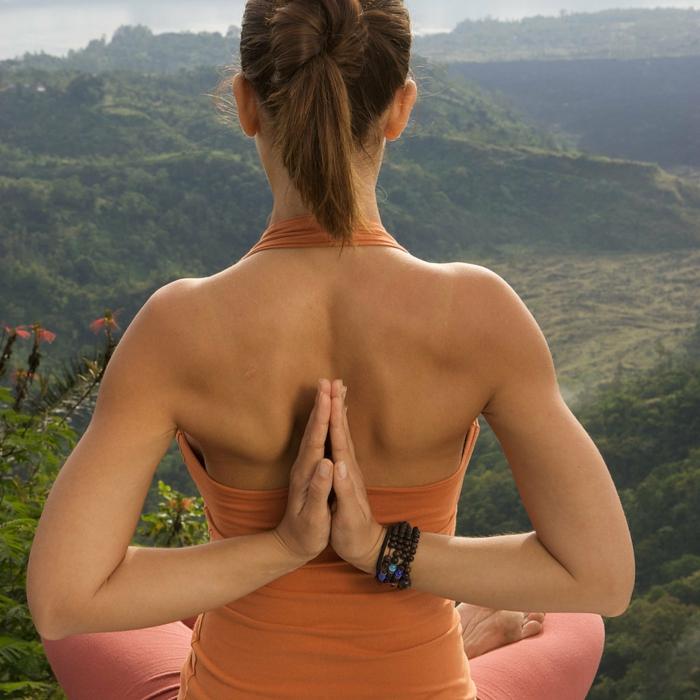 yoga-übungen-hände-hinter-dem-rücken