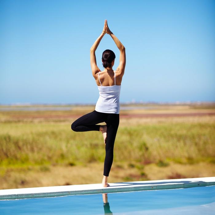 yoga-übungen-herrliche-natur-und-interessante-position