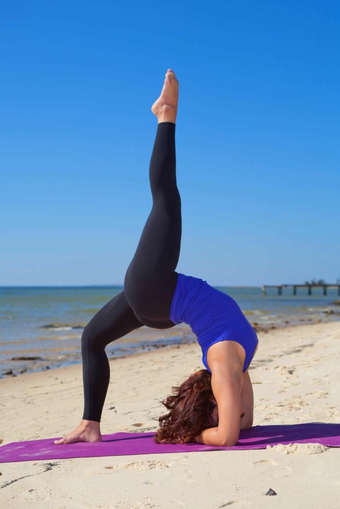 yoga-übungen-interessante-figur-auf-dem-sand