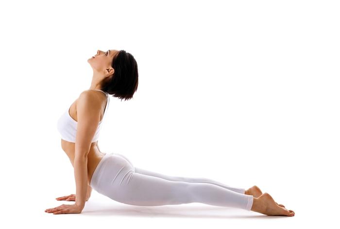 yoga-übungen-interessante-weiße-hosen-hintergrund-in-weiß