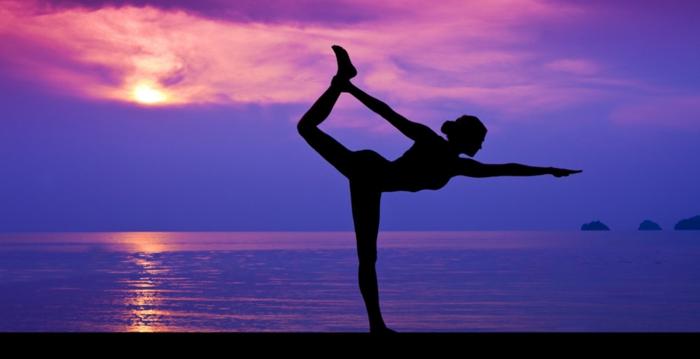 yoga-übungen-lila-himmel-herrliches-bild
