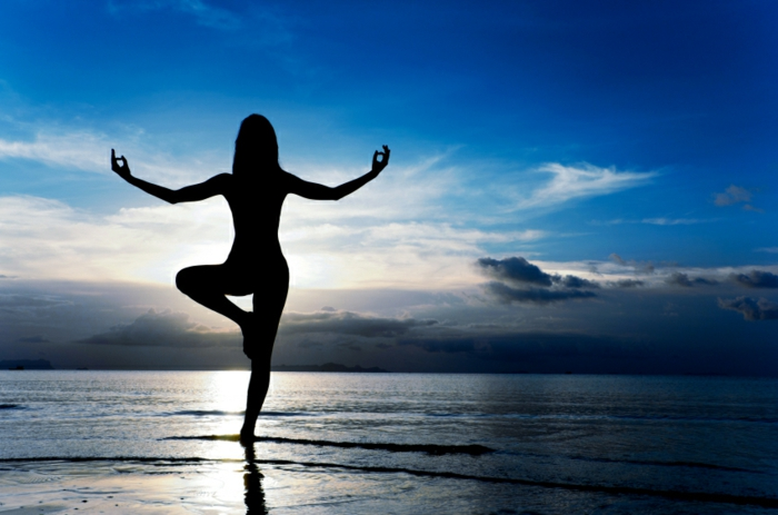 yoga-übungen-unikale-illustration-blauer-himmel