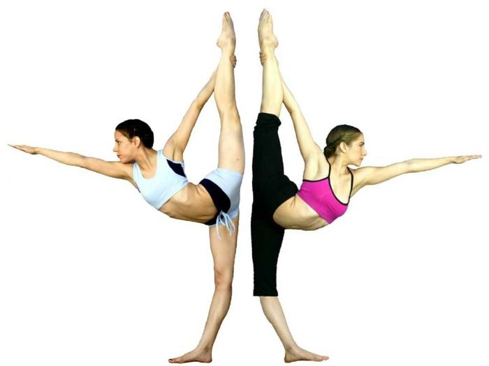 yoga-übungen-unikales-bild-von-zwei-praktizierenden-menschen