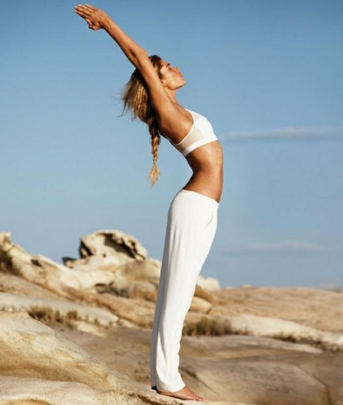 yoga-übungen-weiße-kleidung-schönes-mädchen