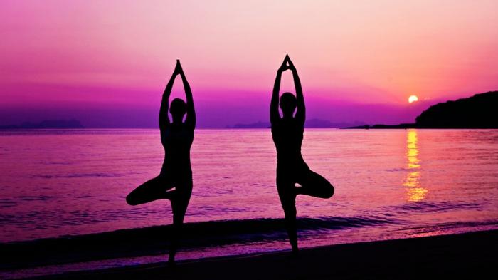 yoga-übungen-zwei-frauen-am-strand