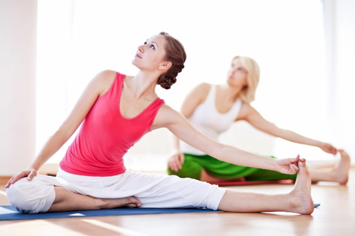 yoga-übungen-zwei-frauen-hintereinander