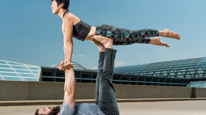 yoga-übungen-zwei-menschen-aufeinander