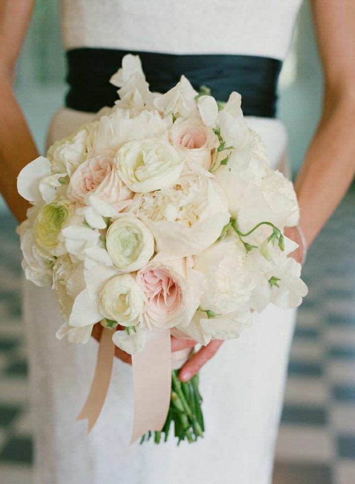 zärtlicher-Hochzeitsstrauß-weiße-Pfingstrosen-romantische-Idee