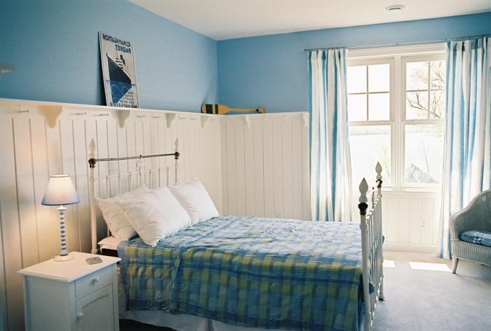 zimmer-streichen-tipps-wandfarbe-hellblau-gemütliches-schlafzimmer