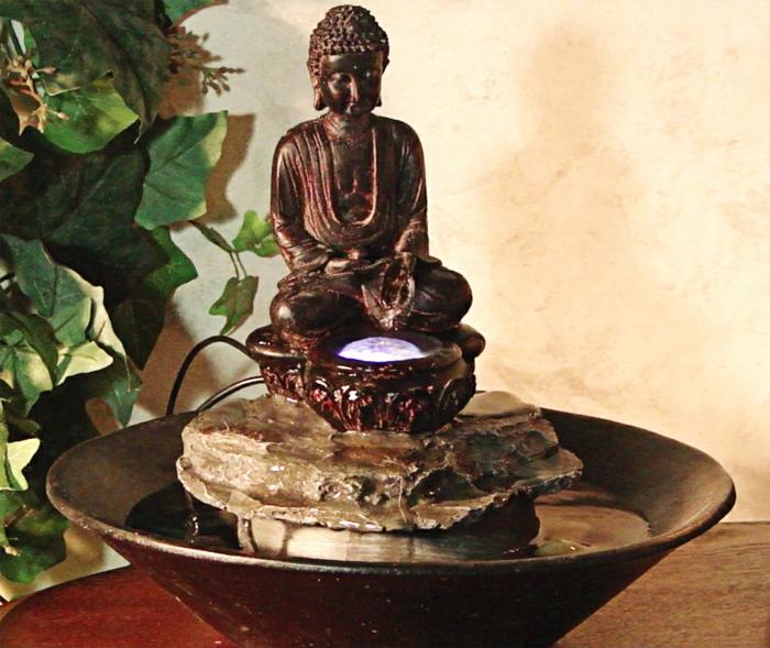 zimmerbrunnen-mit-buddha-grüne-blätter