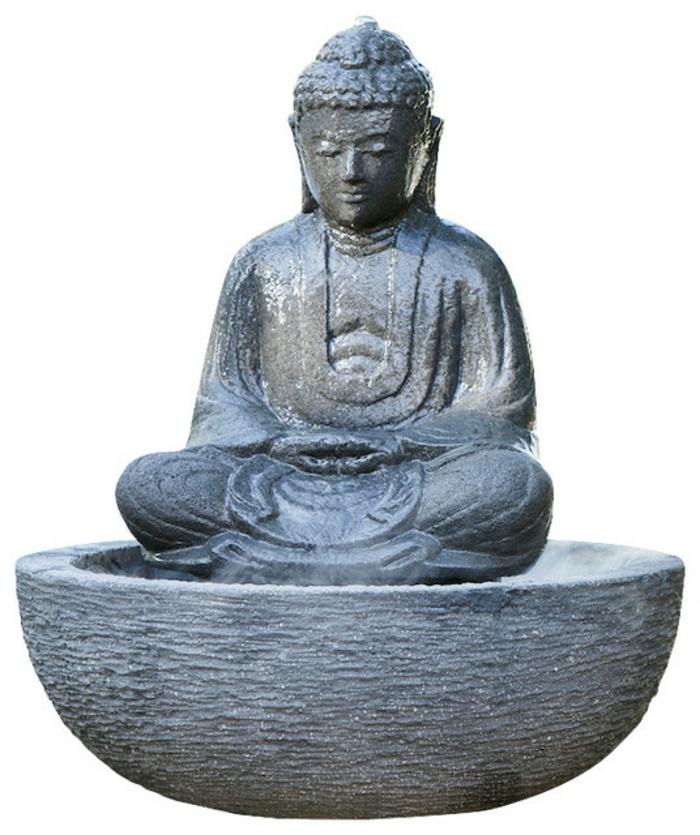 zimmerbrunnen-mit-buddha-schöner-weißer-hintergrund