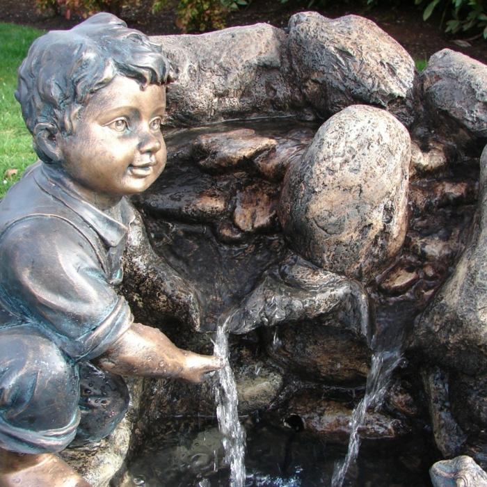 zimmerbrunnen-mit-wasserfall-draußen-gestellt