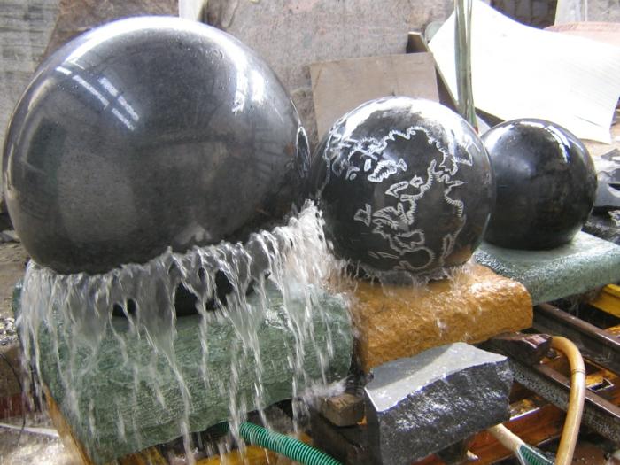 zimmerbrunnen-mit-wasserfall-einige-kugeln-nebeneinander