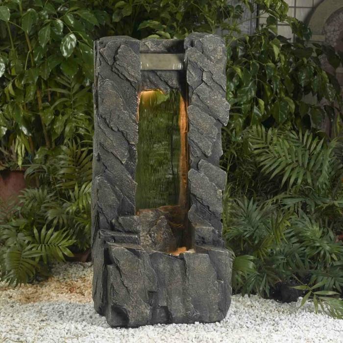 zimmerbrunnen-mit-wasserfall-grüne-pflanzen-überall