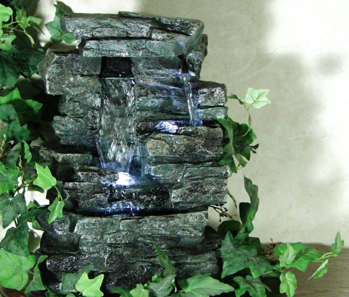 zimmerbrunnen-mit-wasserfall-interessant-und-natürlich-aussehen
