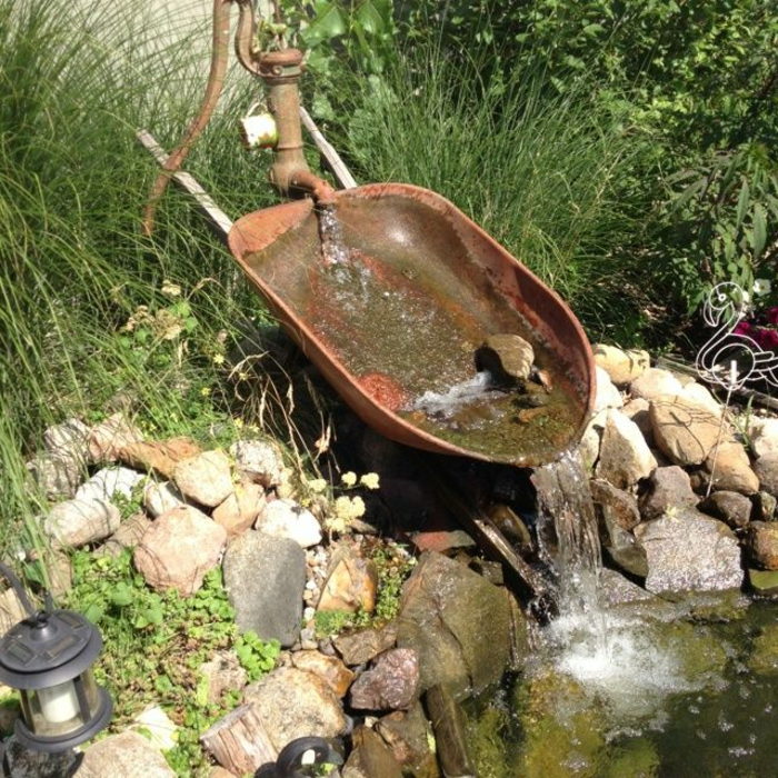 zimmerbrunnen-mit-wasserfall-kreative-gartengestaltung