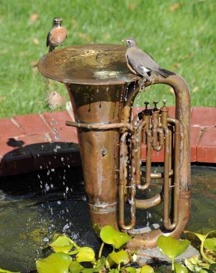 zimmerbrunnen-mit-wasserfall-trompete-im-garten
