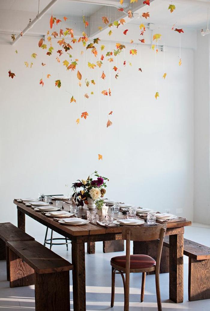 zimmerdecken-neu-gestalten-sehr-schönes-aussehen-weiße-wände-und-hölzerner-esstisch