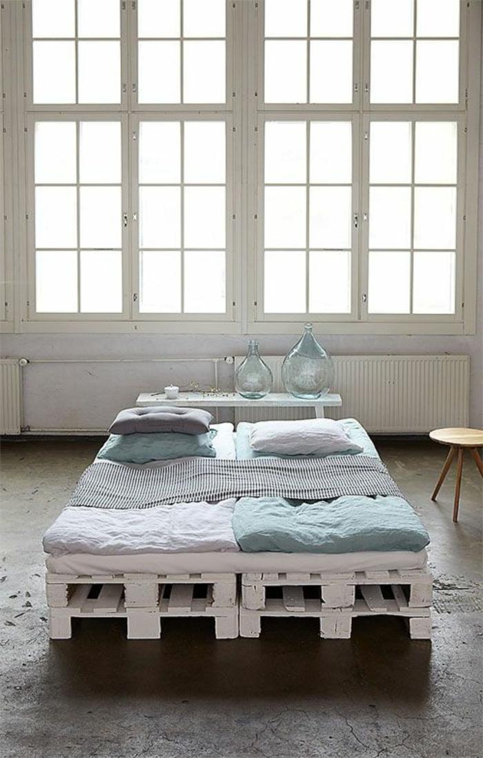 zwei-kleine-Europaletten-Betten-weiß-minimalistische-Schlafzimmer-Einrichtung