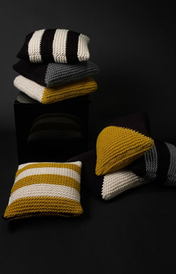 zweifarbige-Modelle-Kissen-handgemacht-schöner-stricken-DIY-Idee