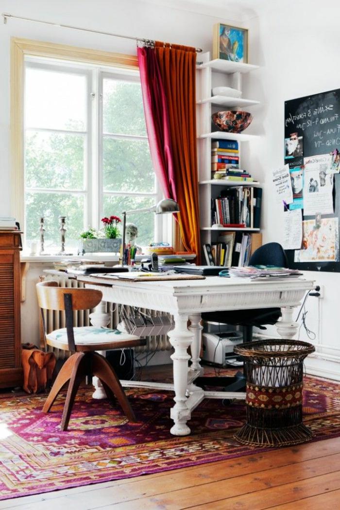 Arbeitszimmer-mit-artistischem-Interieur-schöne-vielfabige-ausgefallene-gardinen