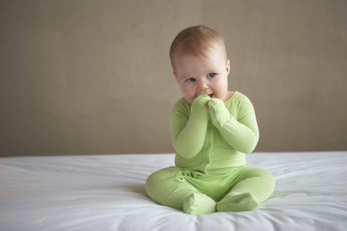 Baby-Schlafanzug-grüner-einteiliger-schlafanzug