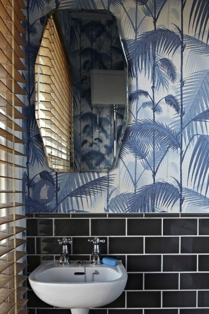 Badezimmer-Interieur-schwarze-Fliesen-bunte-tapeten-Palmen-Muster