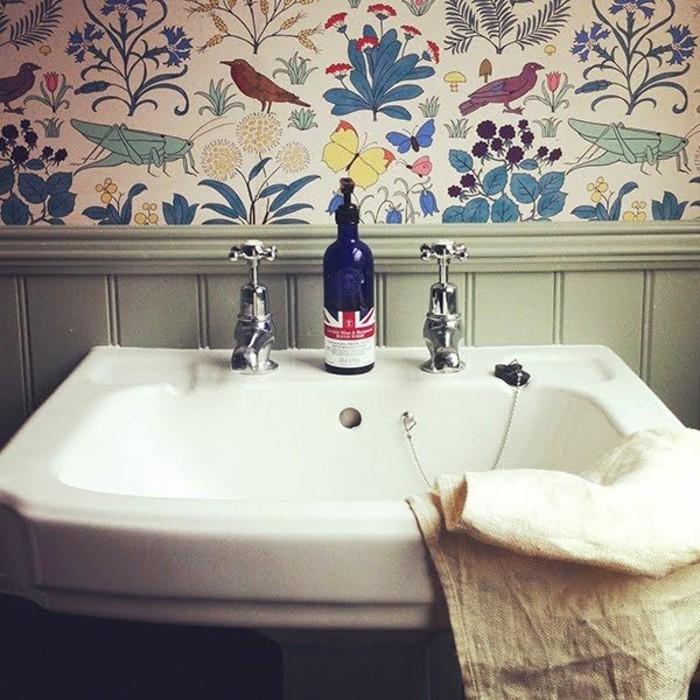 Badezimmer-schlichtes-Interieur-bunte-tapeten-Motive-aus-der-Natur