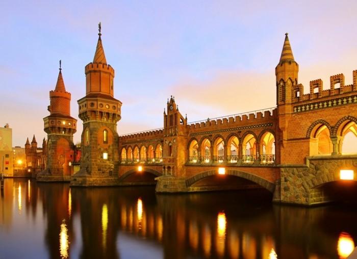 Berlin-Deutschland-Oberbaum-Brücke-berühmte-sehenswürdigkeiten-in-europa