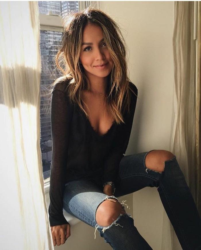 Damen-jeans-mit-löchern-schwarze-Bluse